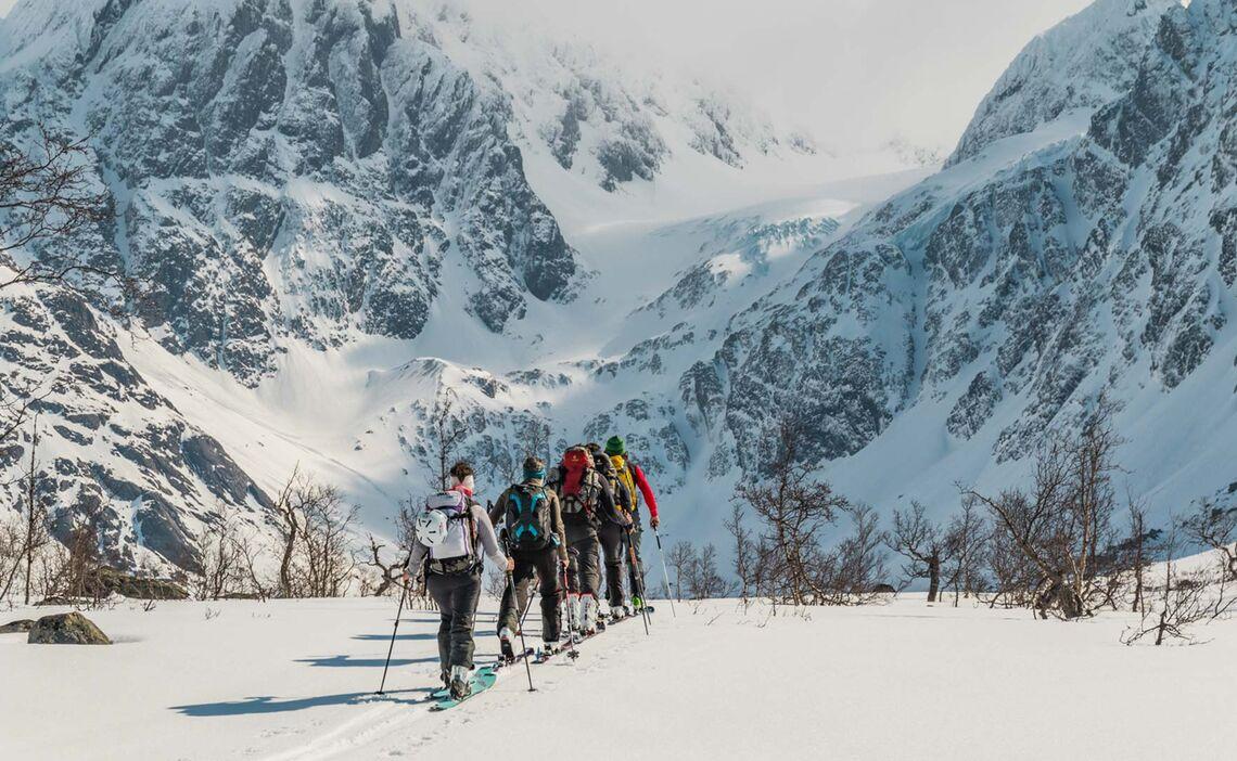 Gefuehrte Skitouren Nach Norwegen In Die Lyngenalpen Aufstieg Ueber Den Gletscher Zum Tafeltinden