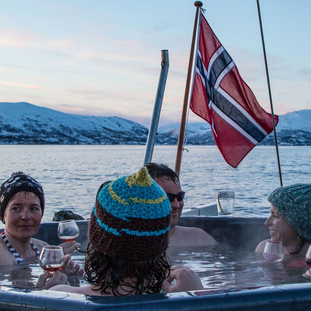 geniessen-im-hot-tub-bei-den-gefuehrten-skitouren-mit-schiff-in-norwegen.jpg
