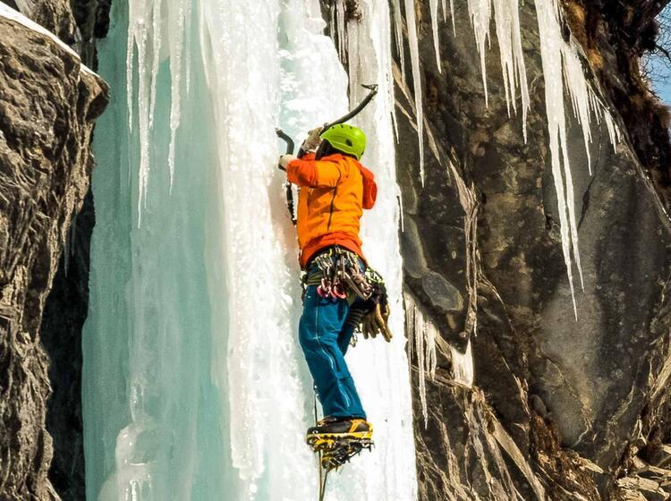 Im Vorstieg Beim Eisklettern In Der Schweiz