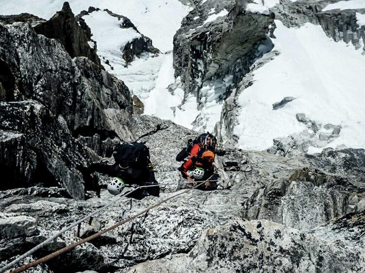 Klettern An Den Fixseilen Im Aufstieg Zur Ama Dablam In Nepal