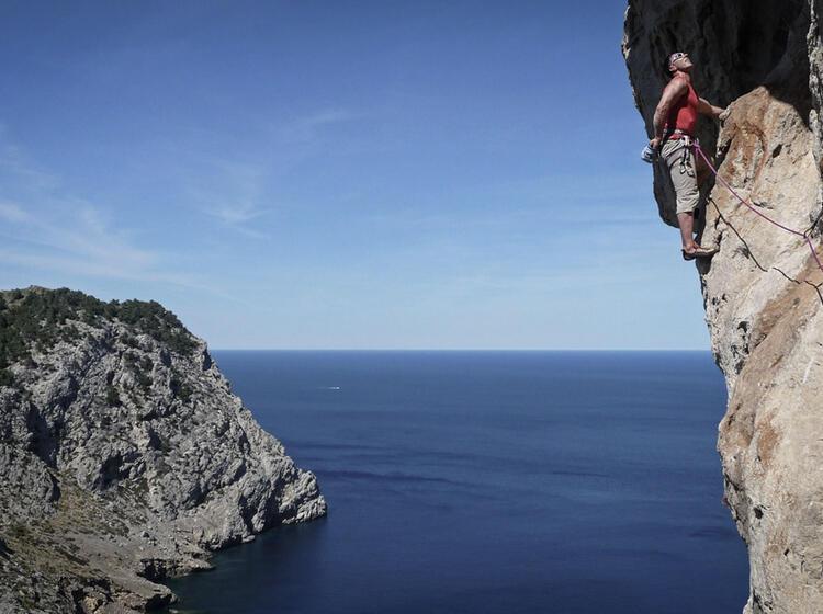 Klettern U Ber Dem Meer Auf Mallorca Bergfu Hrer Walter Im Vorstieg