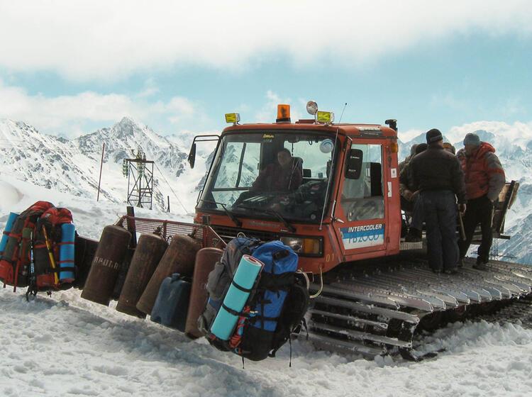 Materialtransport Mit Der Pistenraupe Zum Basislager Am Elbrus