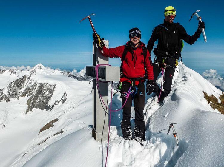 Mit Bergfueher Am Gipfel Des Finsteraarhorn