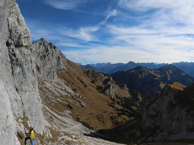 Mit Bergfuehrer Am Kletterkurs Im Allgaeu