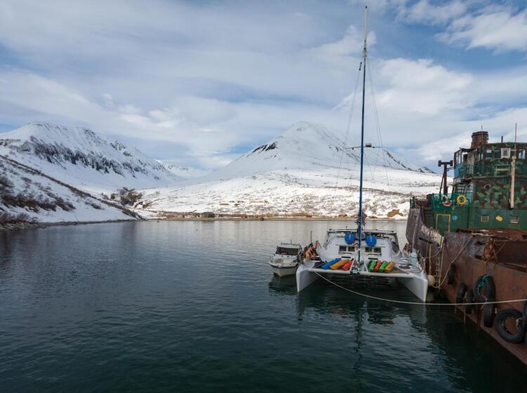 Mit Dem Katamaran Zu Den Skitouren In Kamtschatka
