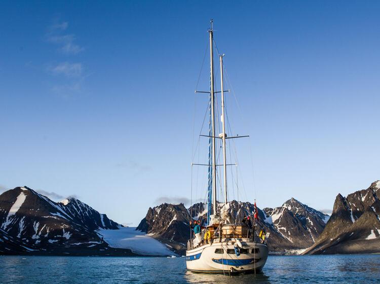 Mit Dem Segelschiff Durch Die Fjorde