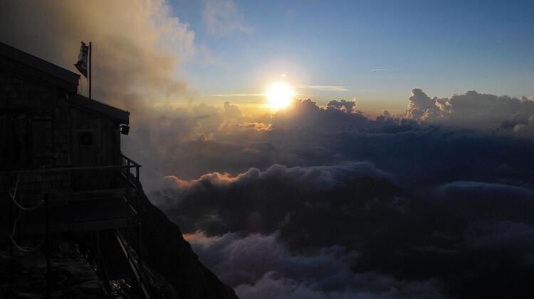 Mittellegihuette Im Berner Oberland Ueber Der Eiger Nordwand