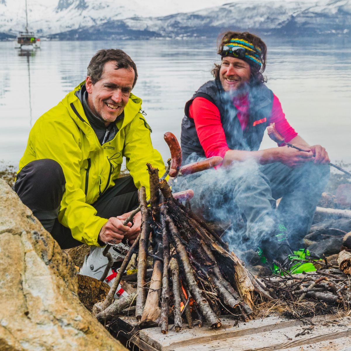 nationalfeiertag-norwegen-grillen-am-strand-nach-einer-gefuehrten-skitour-vom-schiff.jpg