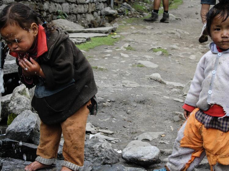 Nepalesische Kinder In Der Annapurna Region
