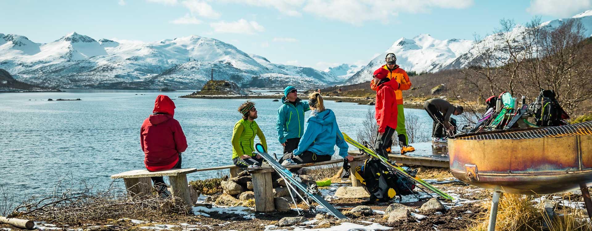 Pause am Meer bei der Skitouren Woche Lofoten in Norwegen