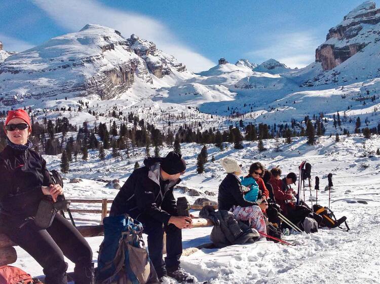 Pause Bei Der Schneeschuhtour Rund Um Die Lavarella Hu Tte In Der Fanes