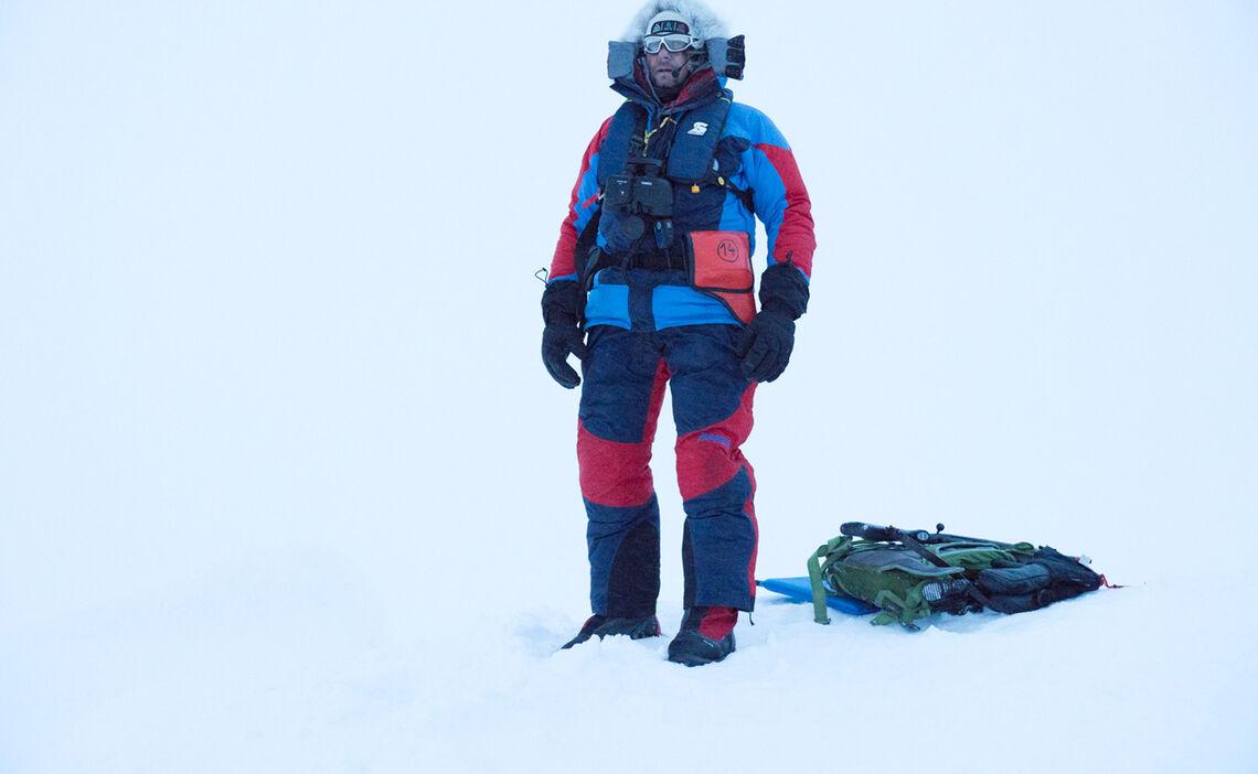 Polarguide Hans Honold Waehrend Der Polarbaerenwache Auf Der Mosaic Expedition Bei Met City Signalpistole Gewehr Fernglas Funk Und Rettungsweste Gehoeren Zur Standardausruestung