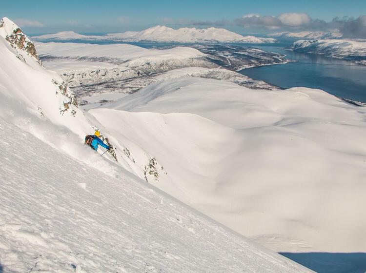 Powder Abfahrt In Norwegen Bei Den Skitouren Vom Boot Aus