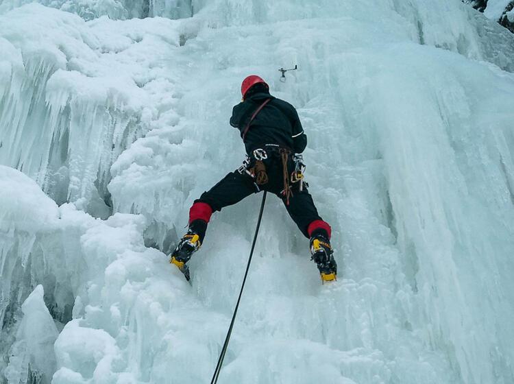 Setzen Einer Eisschraube Im Vorstieg Beim Eisklettern Mit Bergfuehrer