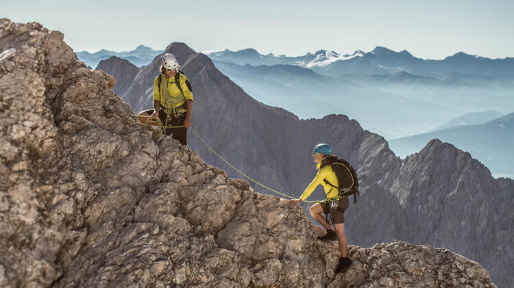 Sicherung Durch Den Bergfuehrer Am Jubilaeumsgrat Zugspitze