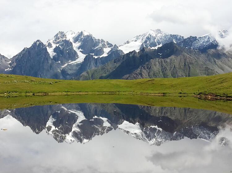 Spiegelung Der Bergwelt In Den Koruldi Seen