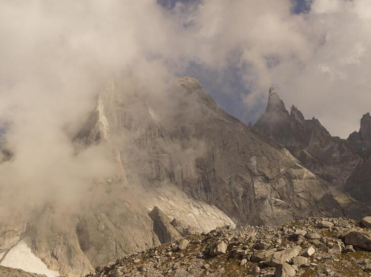 Steile Granitwaende Bei Der Wanderung Im Bergell