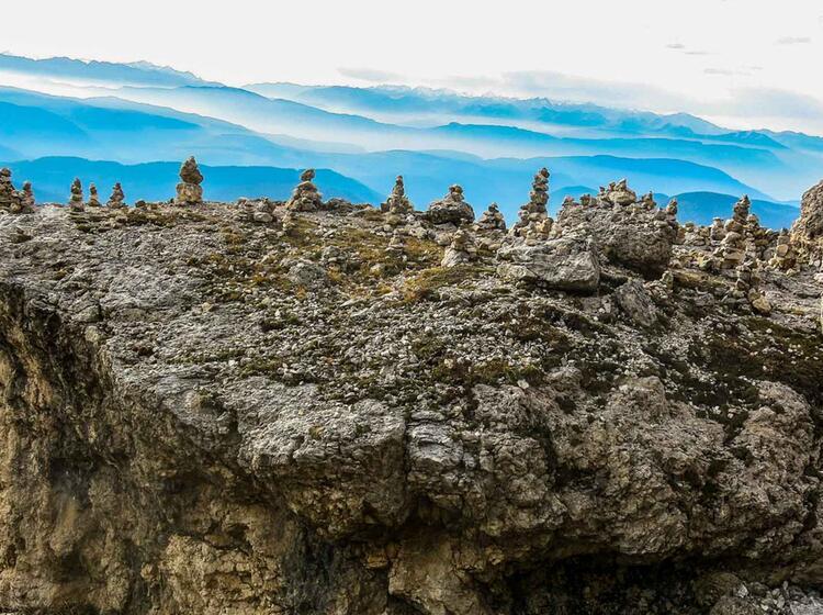 Steinmaenner Auf Der Gefuehrten Wanderung Durch Die Dolomiten