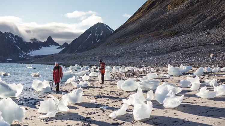 Strandwanderung Mit Eisschollen Auf Spitzbergen