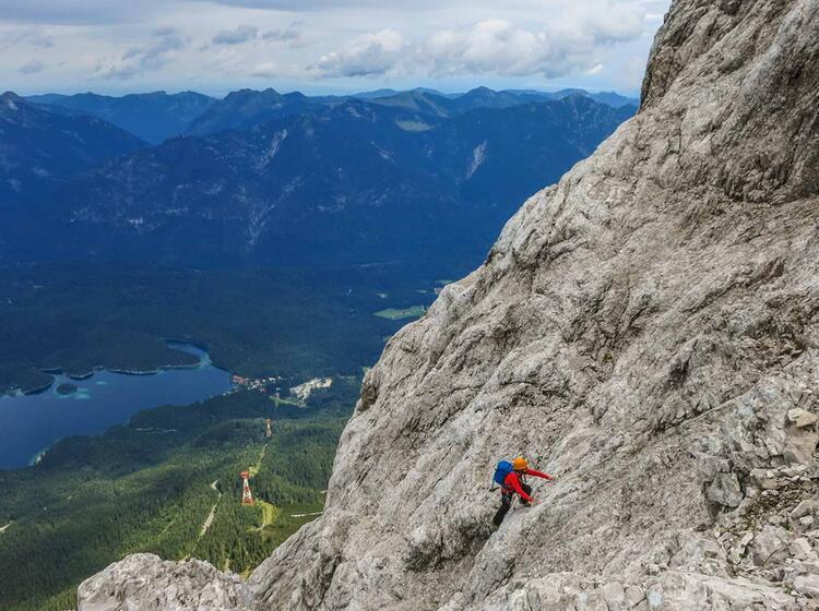 Tiefblick In Der Eisenzeit Mit Bergfuehrer In Der Zugspitze Nordwand