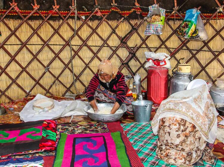 Traditionelle Verpflegung In Einer Yurte Beim Trekking In Kirgistan