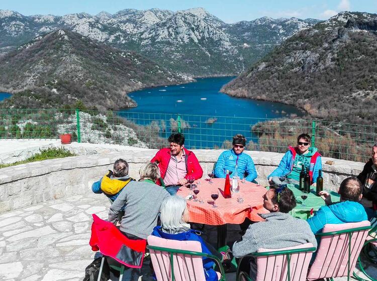 Traumhaftes Ambiente Beim Skitourengehen In Montenegro