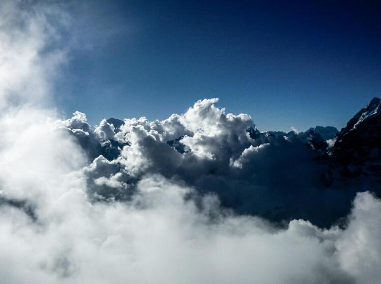 U Ber Den Wolken In Nepal