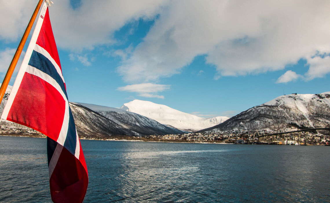 Von Tromsoe Geht Es Mit Dem Schiff In Den Lyngenfjord