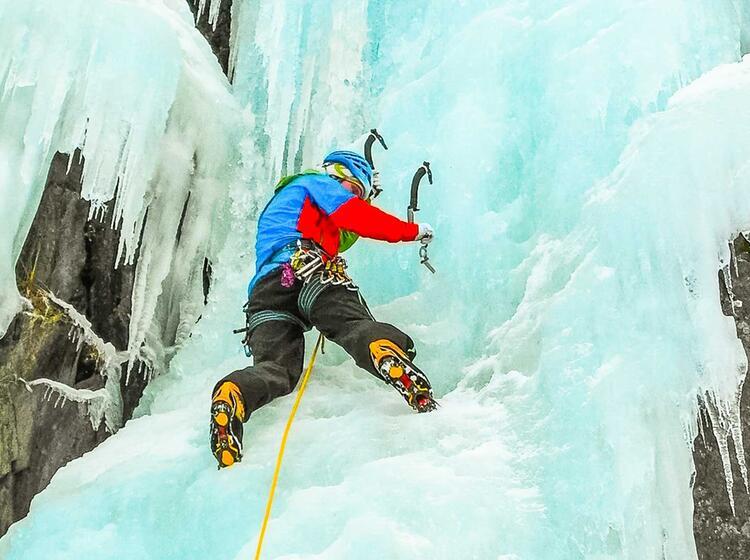 Vorstieg Beim Eisklettern In Rjukan In Norwegen Mit Bergfu Hrer