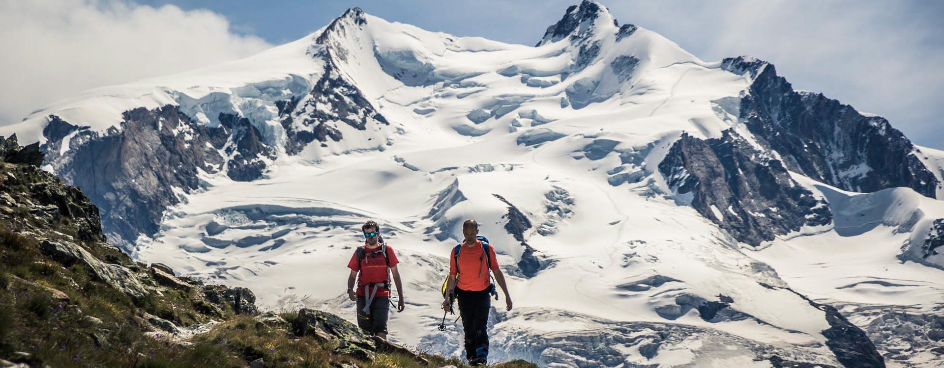 Wandern rund um die Berge in Zermatt mit Blick auf die Viertausender