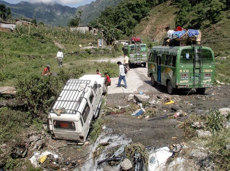 Wechsel Vom Jeep Zum Bus Wa Hrend Der Expedition