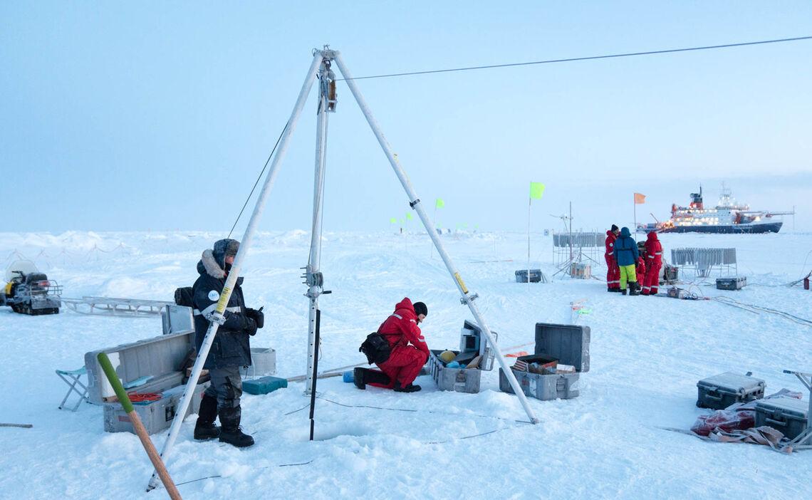 Wissenschaftler Bauen Ein Dreibein Zum Versenken Einer Messboje In Met City Waehrend Der Mosaic Expedition Im Hintergrund Das Forschungsschiff Polarstern